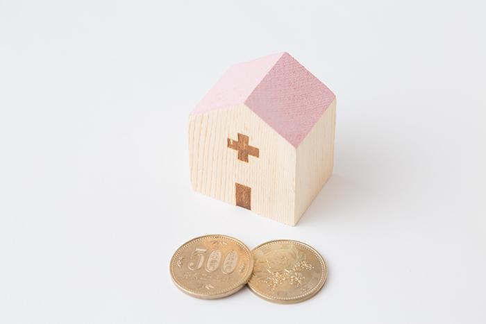 積み木の家と2枚の500円玉